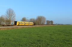 NSR 3444 @ Oosterholt by Sicco Dierdorp - Ik had me er al bijna bij neergelegd dat DM'90 onder-de-draad op het Kamperlijntje niet zou lukken met weinig tijd en weinig mooi weer, met name in de weekeinden. Ik wilde het vooral graag om een zo compleet mogelijk fotoboekje voor de eigen verzameling te kunnen maken. Toen ik vandaag op weg terug van mijn ouders zag dat het even opklaarde rond Zwolle, kon ik nog net twee plaatjes schieten. De 3444 als trein 8552 naar Zwolle tussen IJsselmuiden en 's Heerenbroek. Grappig detail is dat dezelfde 3444 het stel is waar ik afgelopen woensdag mijn - waarschijnlijk - laatste rit in DM'90 in maakte, dus eigenlijk moet ik nu ook geen andere foto van dit materieel meer proberen te maken;)