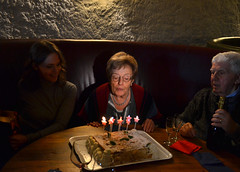 80 (Colombaie) Tags: roma città testacio ketumbar brunch compleanno 80 anni mamma madre famiglia noi parenti festeggiare anzianità papà benigno gaiatorta candeline soffiare regali spumante buio luce effetto ritratto uomo maschio donna donne femmina life