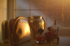 Golden Mornings.. (KissThePixel) Tags: gold goldbokeh golden goldenbokeh sunrise reflection stilllife stilllifephotography 50mm ailens manuallens primelens nikkor nikkor12 aperture morning window light november creativeart creativephotography