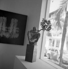Reflexiones (Felipe Cárdenas-Támara) Tags: rolleiflex ultrafineextreme400 rolleiflexautomat6x6modelk4a rolleiflexjune1951march1954 rolleiflextlr zeissjenatessar3575 analoguephotography analogphotography adoxadonal analogue adox felipecardenasphotography felipecárdenastámara felipecárdenas colombianphotographers arte interiores indoors blackandwhitefilm blancoynegro esculturas puertovallarta méxico