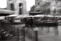 Vélo dans le flou du marché st-Michel (Simlgen) Tags: argentique canoneos500n bordeaux automne matin noiretblanc