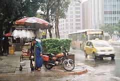 (YL.H) Tags: 台北 底片 taipei taiwan film kodak canon colorplus rain foodstall 忠孝新生 motorcycle cotton candy analog