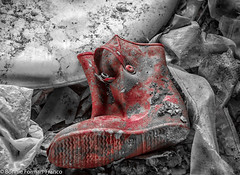 20150621_PALOUSE_20150621-BFF_1034untitled shoot- (Bonnie Forman-Franco) Tags: farm abandoned landscape red discarded abandonedclothes boot old aged bonnieformanfranco bonnie photoladybon palouse easternwashingtonstate
