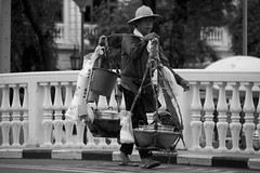 Thai street food seller (ramosblancor) Tags: humanos humans gente people tribus tribes calle street ciudades cities man hombre streetfood puestocallejero cargando carrying bangkok thailand tailandia viajar travel balncoynegro blackandwhite bw