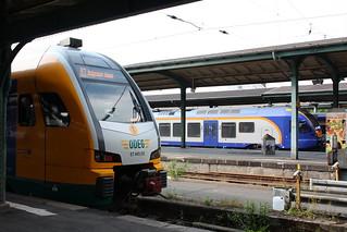 Regio-Tram: ODEG-Triebwagen ET 445.113 als RT 3 Verstärkerzug zum Hessentag nach Hofgeismar-Hümme und cantus-bahn FLIRT 428 503 als R 5 nach Fulda in Kassel Hbf