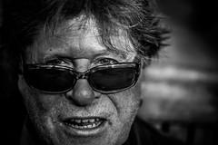 Wolli (AlphaAndi) Tags: mono monochrome menschen menschenbilder leute personen people urban portrait wow sony streets streetshots streetshooting closeup nahaufnahme gesicht fullframe vollformat