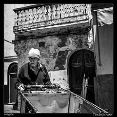 Trabajando (meggiecaminos) Tags: marruecos marocco maroc morocco asilah hombre man uomo worker trabajador puertas doors porte calle streetphotography street strada urbanlandscape urbanphotography fotografíaurbana paisajeurbano bw bn bianco blanco black negro nero white operaio