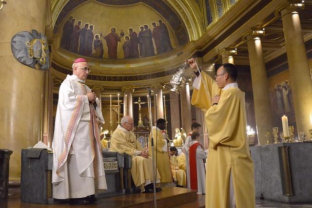Encensement par Joseph Hoang, ordonné diacre la veille par Mgr Souchu