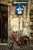 Giro a la izquierda. Roma / Rome. (Miguel Angel SGR) Tags: bicicletas bicycle bici roma rome italia italy calle street rue rua disco señal señaldetráfico trafficsignal signal red rojo rot rouge blue bleu azul desaturado desaturated color colour colore colorido texturas texture textures detalles details detail city ciudad town travel trips tour tournament tourist touring viajes viajar viaje outdoor exterior nikon nikond7200 d7200 miguelangelsgr miguelonphotography izquierda left