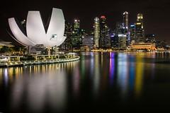 Singapore - Marina Bay Lights (mho.online) Tags: canon eos 6d ef2470mmf14lisusm singapore singapur stopover zwischenstopp new zealand neuseeland nacht nightonearth marina bay bucht nachtlichter night lights skyline view aussicht skyscrapers buildings wolkenkratzer gebäude lichter colourful farbig bunt spekatkulär helix bridge brücke sands