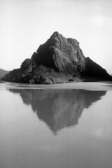 "rock [analog] (__J) Tags: canona1 a1 canon canonfd ilford fp4 125"" ilfordfp4 ilfordfp4plus iso125 ilfordfilm 50mm canonfd50mm18 film analog scanned scan analogue blackandwhite schwarzweis sw bw monochrome monochrom portugal algarve atlanticocean atlantik meer sea rock stein hill mountain fels küste coast strand beach cliff"