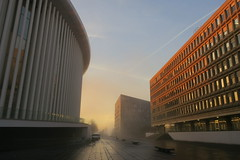 Here comes the Sun (godran25) Tags: luxembourg luxemburg europe philarmonie schuman unioneuropéenne brouillard brume mist sunrise soleil sun morning matin jaune yellow orange or gold architecture buildings musique leverdesoleil kirchberg lumière light géométrie geometry