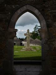 Discovering Ireland: Clonmacnoise (Nadja Golitschek) Tags: klosterruine geschichte ruine friedhof graveyard cross green island ireland christentum kreuz keltik kultur