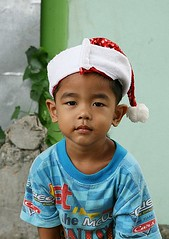 one of santa's elves (the foreign photographer - ฝรั่งถ่) Tags: boy santa elf hat khlong thanon portraits bangkhen bangkok thailand canon christmas 2017