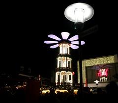 Weihnachtspyramiede (jueheu) Tags: weihnachtspyramiede afterworkparty lampe lamp licht lights hm nachts night nordhorn grafschaftbentheim niedersachsen lowersaxony deutschland germany duitsland menschen menschenmenge people weihnachten weihnachtsmarkt christmas