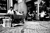 spi_257 (la_imagen) Tags: sw bw blackandwhite siyahbeyaz monochrome street streetandsituation sokak streetlife streetphotography strasenfotografieistkeinverbrechen menschen people insan türkei turkey türkiye turquía istanbul istanbullovers eminönü streetfood