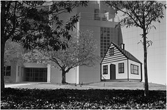 Scan631c~Lichtenstein House (analogman1961) Tags: highmuseumofart roylichtensteinhouse sculpture architecture richardmeyer rodinal standdevelopment industar22 leicaiiic