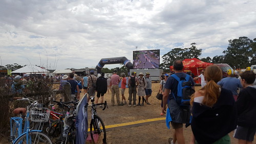 Crowds at the KOM viewing point half way up Mount Buninyong