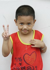 peace from a little boy (the foreign photographer - ฝรั่งถ่) Tags: peace little boy khlong thanon portraits bangkhen bangkok thailand canon