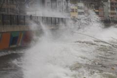 Waves on Walkway (K M V) Tags: water waves storm burglind eleanor wellen wintersturm zug katastrophenbucht aallot myrsky vagues