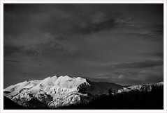 Guglielmo in bianco (e nero) (Outlaw Pete 65) Tags: paesaggi landscapes cielo sky nuvole clouds montagna mountain neve snow sera evening inverno winter biancoenero blackandwhite fujixe3 fujinon55200mm cellatica lombardia italia