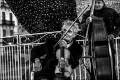 Entracte... / Intermission.. (vedebe) Tags: humain human people musique musicien ville city rue street urbain urban noiretblanc netb nb bw monochrome
