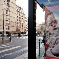 Coucou Père Noël (Dans le viseur) Tags: humour noël gx80 gx85 lumix rue streetphotography christmas santaclause santa claus