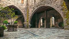 2464  Detalle del Castillo de Cardona, Barcelona (Ricard Gabarrús) Tags: patio castillo parador galeria piedras arcos ricardgabarrus olympus ricgaba