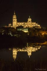 Las dos Catedrales (Paco Fuentes Vicario) Tags: catedral catedraldesalamanca doscatedrales reflejos reflex gotico tormes nocturno dark casalis salamanca españa spain night