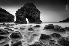 The Arch (Roberto Graña) Tags: canarias tenerife playa roques puertodelacruz mar oceano atlantico paisaje arco blancoynegro seascape blackandwhite rocks sunset atardecer roquechico