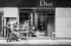 bling bling (ThorstenKoch) Tags: street streetphotography stadt strasse schatten shadow königasallee kö düsseldorf duesseldorf fuji fujifilm thorstenkoch monochrome worker cleaning bling money germany dior pov photography people photographer picture thursday throwback blackwhite bnw