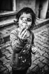 childhood is the kingdom where nobody dies ~Edna St Vincent Millay (ercan.cetin) Tags: childhood is kingdom where nobody dies ~edna st vincent millay black white streetphotography strassenfotografie strassenfoto sokakfotografciligi sokakta streetphoto streetexpressions strasse barcelona spain olympus olympusphotography olympusomd landstrase personen