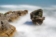 Punakaiki, Pancake Rocks and Sea Stack (Kadu Flyer) Tags: punakaiki pancakerocks seastack blowholes rocks sea waves longexposure nd1000 newzealand tasmansea
