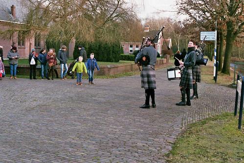 Doedelzakspelers (Bagpipers) tijdens de kerstwandeling in het Veenpark