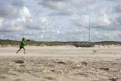 Veloce come il vento (Irene TP) Tags: vento wind run boy ragazzo green seagull gabbiano beach spiaggia texel nederlands nikon nikond7100 nikkor sabbia