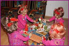 Eine fröhliche Runde ... (Kindergartenkinder) Tags: kartenspiel karten kindergartenkinder annette himstedt dolls sanrike tivi annemoni milina