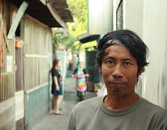 a man on his street (the foreign photographer - ฝรั่งถ่) Tags: man close up street khlong thanon portraits bangkhen bangkok thailand canon