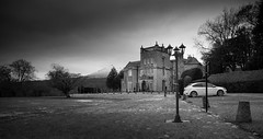 Grand setting (SawardPhotography) Tags: black white scotland aberdeen benachie lamp tree hill grass sky landscape land highlands countryside mountain rural country bennachie