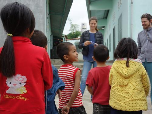 Les enfants étaient très attentifs et ravis de jouer avec les bénévoles