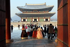 Hanboks at Gyeongbokgung in Seoul, Korea (mbphillips) Tags: korea 한국 韓國 韩国 southkorea 대한민국 republicofkorea 大韓民國 서울 首尔 jongnogu 종로구 鐘路區 gyeongbokgung 경복궁 景福宮 asia 亞洲 fareast アジア 아시아 亚洲 people gente 人 사람들 palace 궁전 宫殿 palacio mbphillips goetagged photojournalism photojournalist winter invierno 冬天 겨울 seoul capital 首都 수도