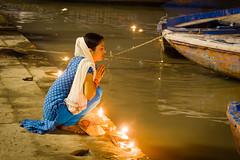 Offerings to the Ganges...India 2017 (geolis06) Tags: geolis06 asia asie inde india uttarpradesh varanasi benares gange ganga pelerin pilgrim pelerinage pilgrimage hindu hindou offering priere prayer inde2017 olympus olympusm75300mmf4867ii banaras