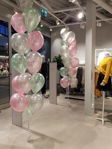 Gronddecoratie 16ballonnen VILA Clothes Emmen