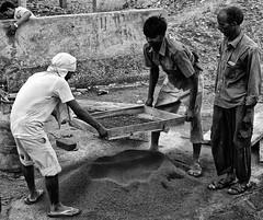 Indian workers (TresMariasinPie) Tags: indien india tresmariasinpie bw workers street capture composition foto imagen images photo snapshot streetview