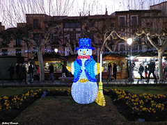 El final del año - Alcalá de Henares (Gabriel Bermejo Muñoz) Tags: alcaládehenares alcalá madrid españa spain plaza place square navidad christmas mercado market iluminacion navideño lighting luces light ciudad city europe europat illumination gabrielbermejomuñoz muñecodenieve snowman decoration decoracion