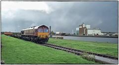 Running Quayside (Welsh Gold) Tags: 66015 6b39 newport adj barry docks dow corning chemicals train no2 dock barrydocks southwales