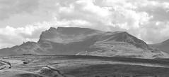 Isola di Skye - Il monte nella foschia (Celeste Messina) Tags: monte montagna mountain storr skye isola isle island scotland scozia scottish scozzese biancoenero blackwhite blackandwhite bn bw cielo sky nuvole clouds cloudy nuvoloso paesaggio landscape foschia nebbia fog gloomy mist long lungo orizzontale horizontal