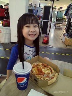 Yu En and her Pizza