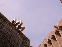 Wake me up (PaulaCamara) Tags: saint michel saintmichel france francia europa europe travel viajar castle castillo statue estatua contraste unexpected inesperado photo photography rame ramephotography foto fotografía