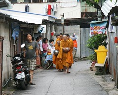 monks on an alms round (the foreign photographer - ฝรั่งถ่) Tags: elderly monks bowls alms round offering food khlong thanon bangkhen bangkok thailand canon kiss