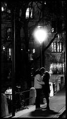 Parfois les réverbères ont des amoureux aussi... (Fred&rique) Tags: lumixfz1000 photoshop raw amour amoureux réverbère nuit lumière monochrome sentiments bonheur ville suisse genève
